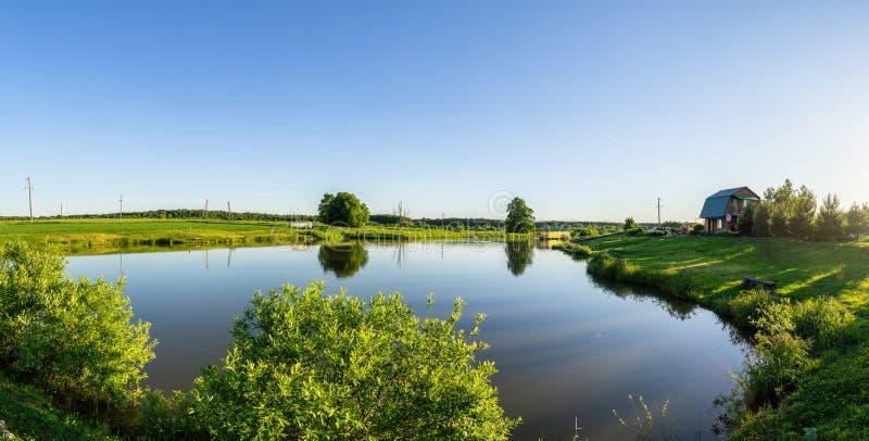 Paisagem com uma lagoa no por do sol em Rússia central fotografia de stock royalty free