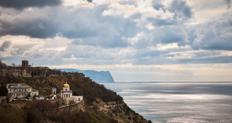Paisagem com uma vista do cabo de Fiolent perto do monastério de StGeorge foto de stock