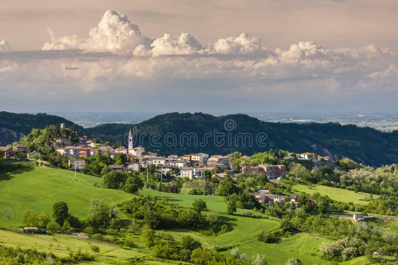 paisagem com vila Vernasca, Itália fotografia de stock