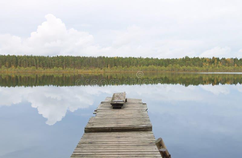 Paisagem da água: cais de madeira velho no lago foto de stock
