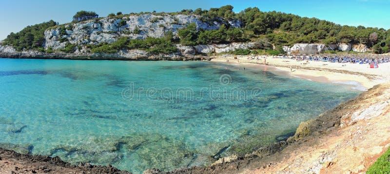 Paisagem da baía bonita do Mas do en do ` de Cala Estany d com um mar maravilhoso de turquesa, Cala Romantica, Porto Cristo, Majo fotos de stock