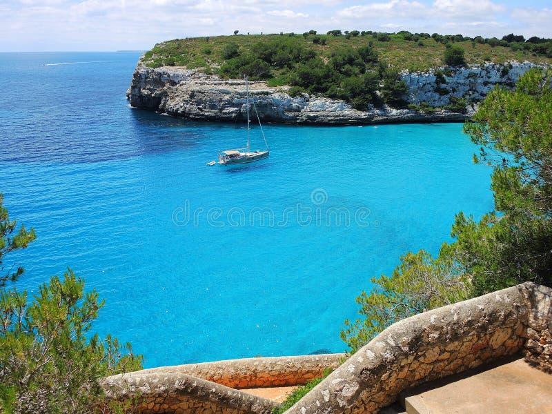 Paisagem da baía bonita do Mas do en do ` de Cala Estany d com um mar maravilhoso de turquesa, Cala Romantica, Porto Cristo, Majo foto de stock royalty free