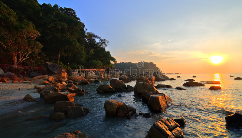Paisagem da beleza com o sol que aumenta sobre o mar fotos de stock