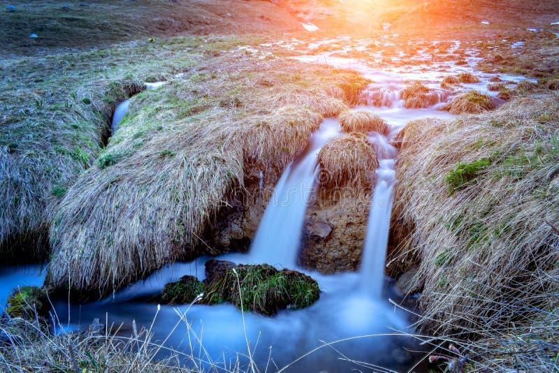 Paisagem da cachoeira do córrego da montanha no por do sol, Pyrenees imagens de stock royalty free