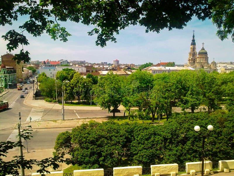 A paisagem da cidade com a catedral do aviso imagens de stock