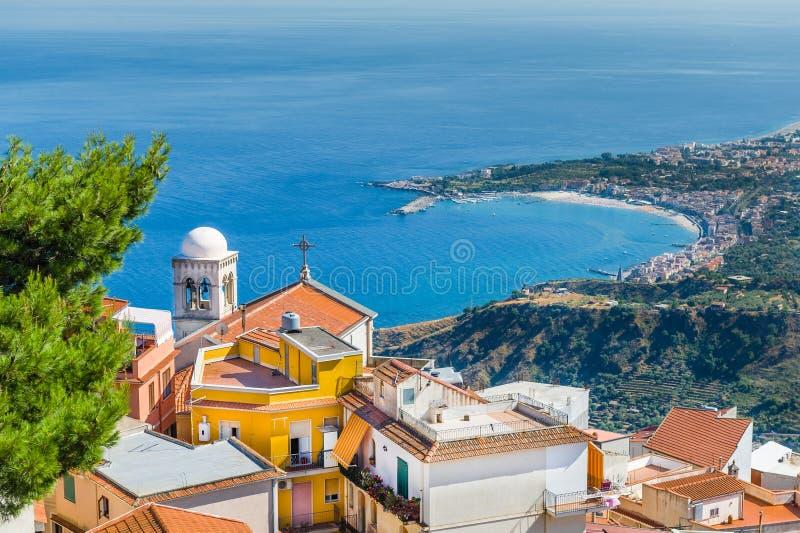 Paisagem da cidade de Taormina fotos de stock