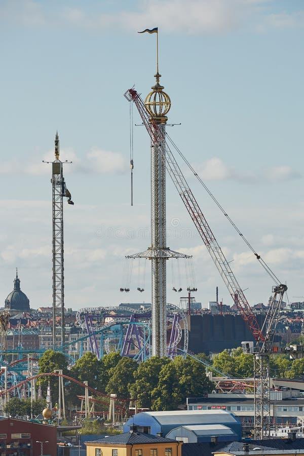 Paisagem da cidade e Tivoli Grona Lund - Gronan - parque de diversões imagens de stock royalty free