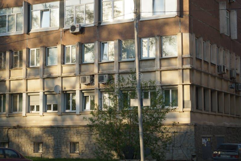 Paisagem da cidade: ideia de um começo do prédio de escritórios 85 do século XX, rua de Mamin-Sibiryak, fragmento da fachada imagem de stock