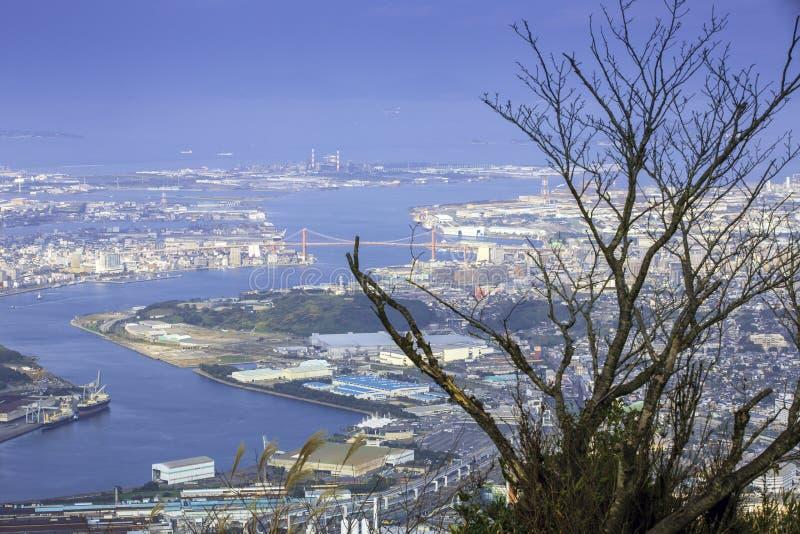 A paisagem da cidade japão de Kitakyushu olhou do obervatório de Sakurayama Céu azul na estação do outono fotos de stock