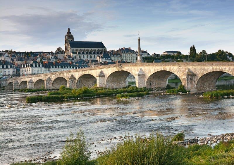 Paisagem da cidade na ponte sobre o rio e o Blois velho imagens de stock royalty free