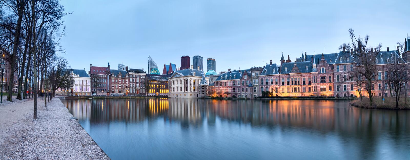 Paisagem da cidade, panorama do por do sol - vista na lagoa Hofvijver e complexo das construções Binnenhof dentro do centro de ci imagem de stock