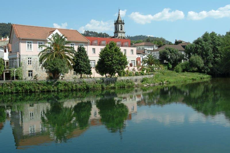 Paisagem da cidade refletida no rio imagens de stock royalty free
