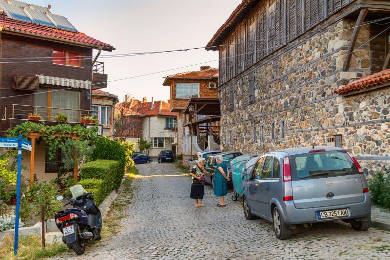 Paisagem da cidade - senhoras idosas nas ruas da cidade velha de Sozopol imagens de stock royalty free