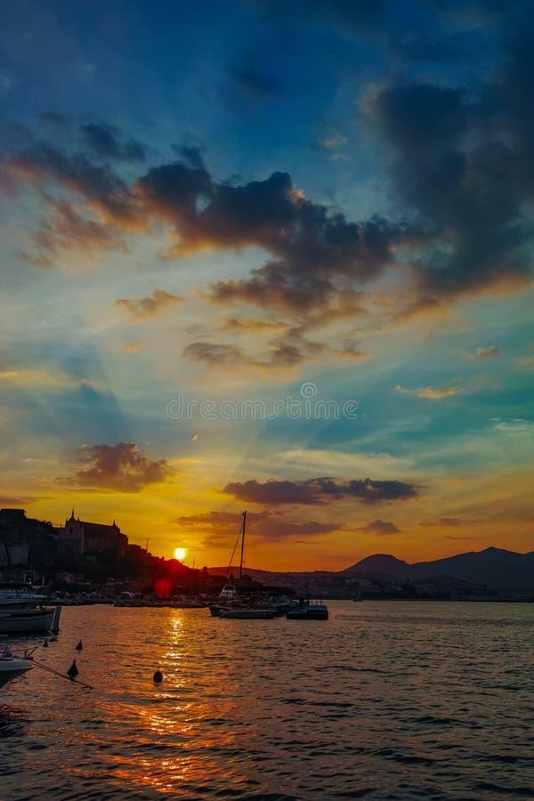 Paisagem da cidade velha Gaeta no por do sol sobre o mar fotos de stock