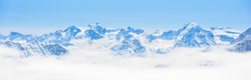 Paisagem da cordilheira da neve com céu azul imagens de stock