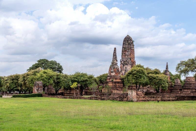 A paisagem da escultura do pagode velho antigo é templo budista da história velha famosa do marco, templo bonito de Wat Chai Watt fotos de stock
