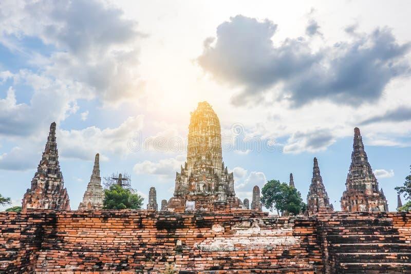 A paisagem da escultura do pagode velho antigo em Wat Chai Wattanaram é templo budista da história velha famosa do marco foto de stock