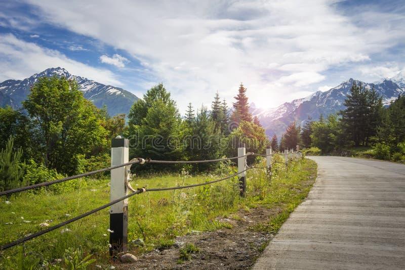 Paisagem da estrada da montanha com a floresta perto do freio e das montanhas no horizonte Vista agradável das montanhas e do céu imagens de stock royalty free