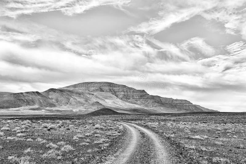 Paisagem da estrada no Karoo de Tankwa monocromático imagens de stock royalty free