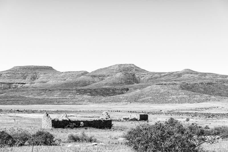 Paisagem da exploração agrícola com ruínas na estrada R364 monocromático imagens de stock royalty free