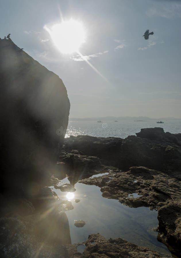 Paisagem da ilha tropical rochosa no oceano fotos de stock royalty free