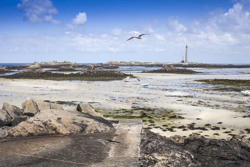 Paisagem da maré baixa com farol Lilia, Brittany, França, atla fotografia de stock royalty free