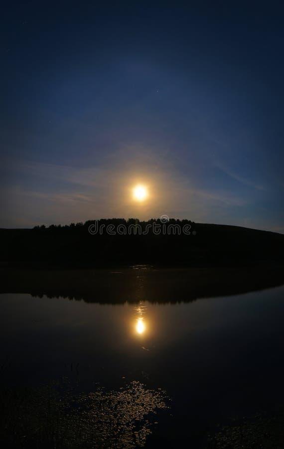 Paisagem da meia-noite do verão com lua do tolo fotos de stock royalty free