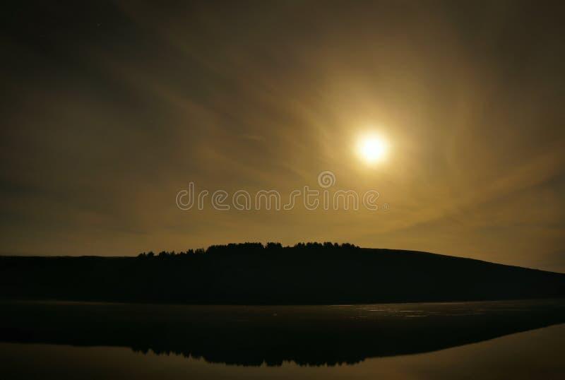 Paisagem da meia-noite do verão com lua do tolo e o rio calmo imagem de stock royalty free