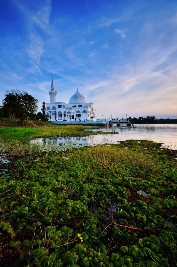 Paisagem da mesquita de Brunei Darussalam durante o por do sol na frente do lago uban do tok do danau Kelantan malaysia, foco mac foto de stock