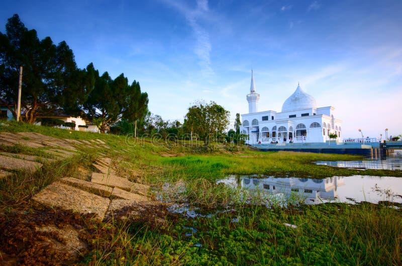 Paisagem da mesquita de Brunei Darussalam durante o por do sol na frente do lago uban do tok do danau Kelantan malaysia, foco mac fotografia de stock royalty free