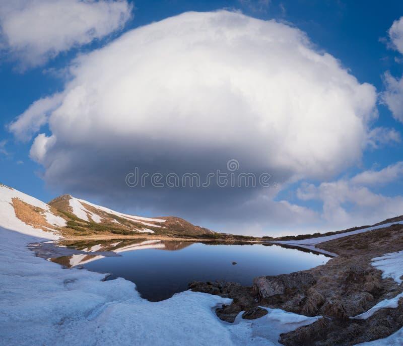 Paisagem da mola com um lago da montanha e uma nuvem fotografia de stock royalty free