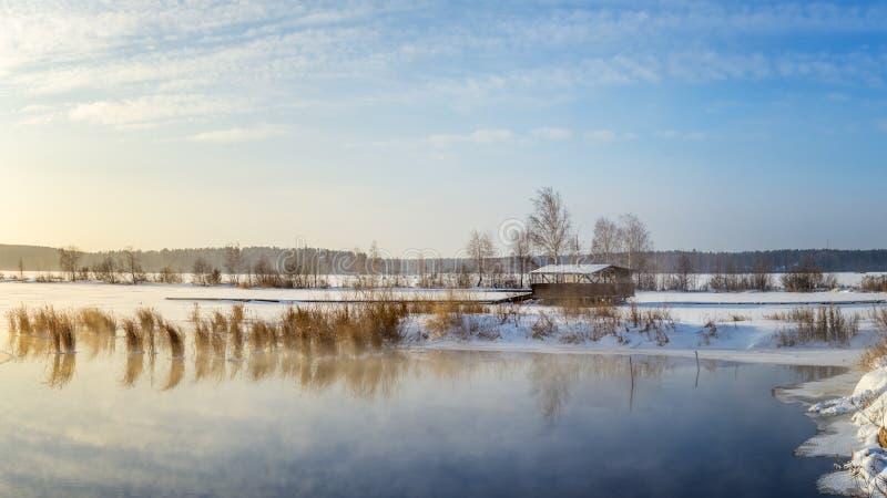 Paisagem da mola no lago com juncos e um miradouro Rússia, os Ural fotografia de stock royalty free