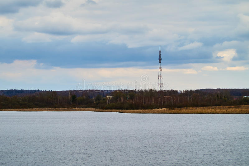 Paisagem da mola no lago na região de Kaluga (Rússia) fotografia de stock