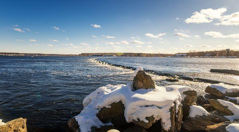 Paisagem da mola no rio com um derrubamento, Rússia de Ural fotografia de stock royalty free