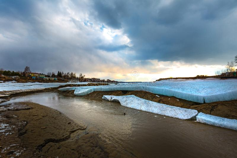 Paisagem da mola no rio Siberian Sibéria ocidental, Rússia imagens de stock royalty free