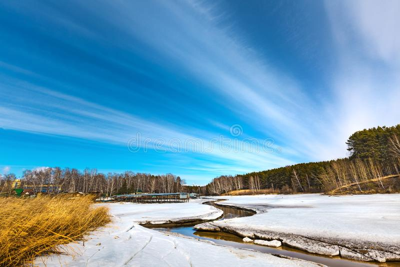 Paisagem da mola no rio Siberian Sibéria ocidental, Rússia foto de stock