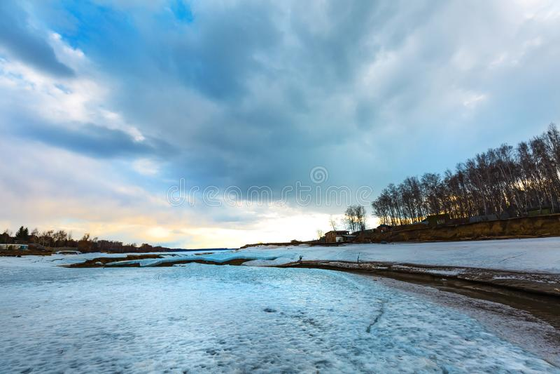 Paisagem da mola no rio Siberian Sibéria ocidental, Rússia imagem de stock