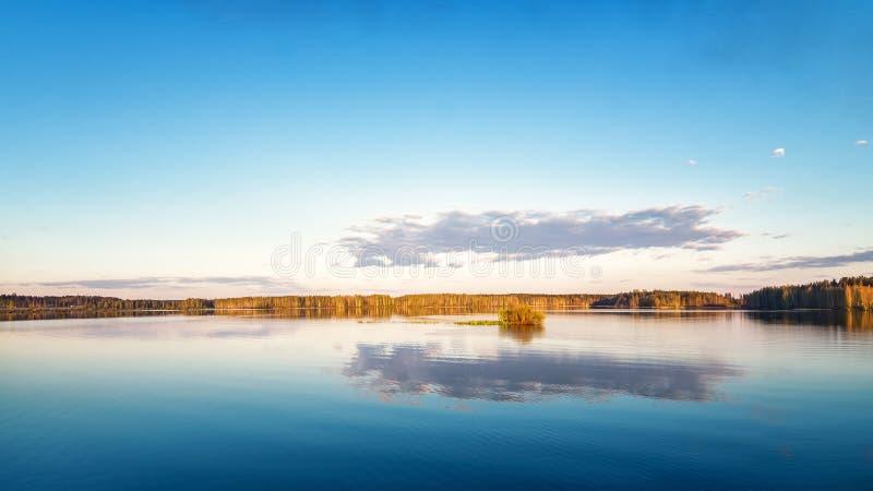 Paisagem da mola no Ural, o Rio Irtysh, Rússia, fotografia de stock royalty free