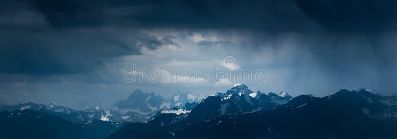 Paisagem da montanha antes da tempestade Montagens Sofiya e Karakaya imagem de stock
