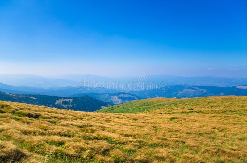 Paisagem da montanha, caminhando nas montanhas em um dia de verão ensolarado, Goverla, Ucrânia imagens de stock royalty free