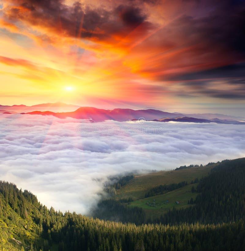 Paisagem da montanha com céu nebuloso e sol imagem de stock royalty free