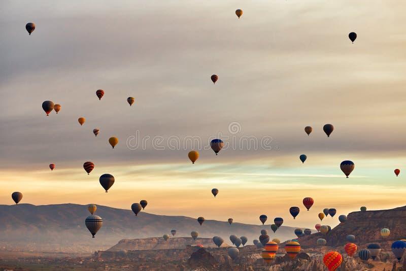 Paisagem da montanha com grandes balões em uma temporada de verão curto foto de stock