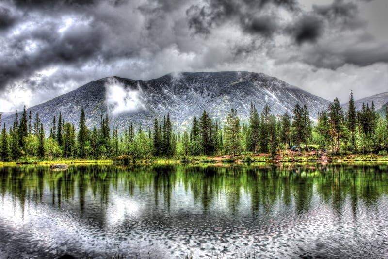 Paisagem da montanha com lago, floresta e nuvens, HDR fotos de stock royalty free