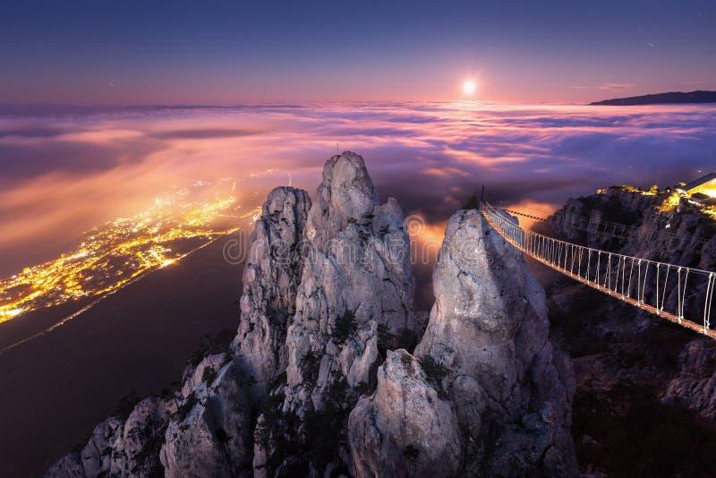 Paisagem da montanha com a Lua cheia de aumentação na noite imagem de stock royalty free