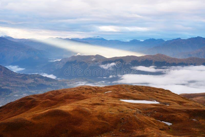 Paisagem da montanha com luz solar bonita, Geórgia fotos de stock