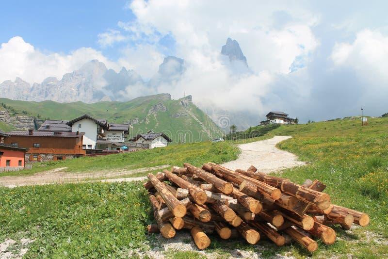 Paisagem da montanha com madeira e nuvens foto de stock