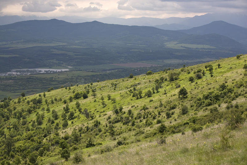 Paisagem da montanha com montes verdes imagens de stock royalty free