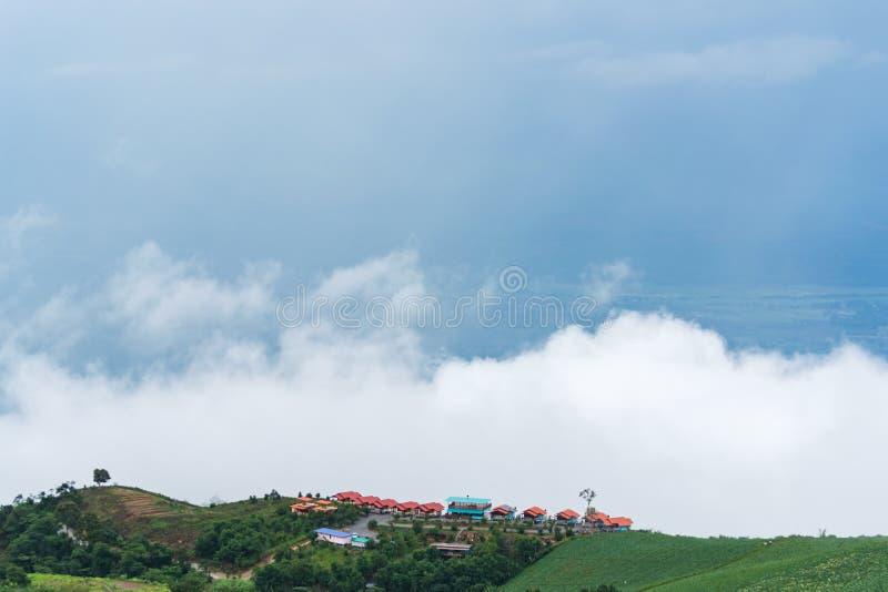 Paisagem da montanha com névoa e cloudscape fotografia de stock royalty free