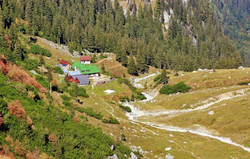 Paisagem da montanha com o chalé em Romênia imagem de stock royalty free