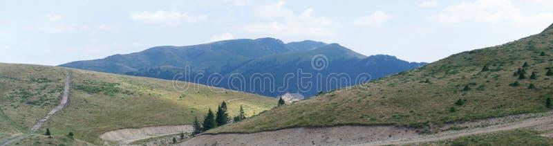 Paisagem da montanha com o chalé no fundo imagens de stock royalty free